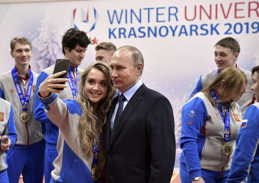 与俄罗斯总统普京在阿拉木图2017年冬季大运会上自拍。