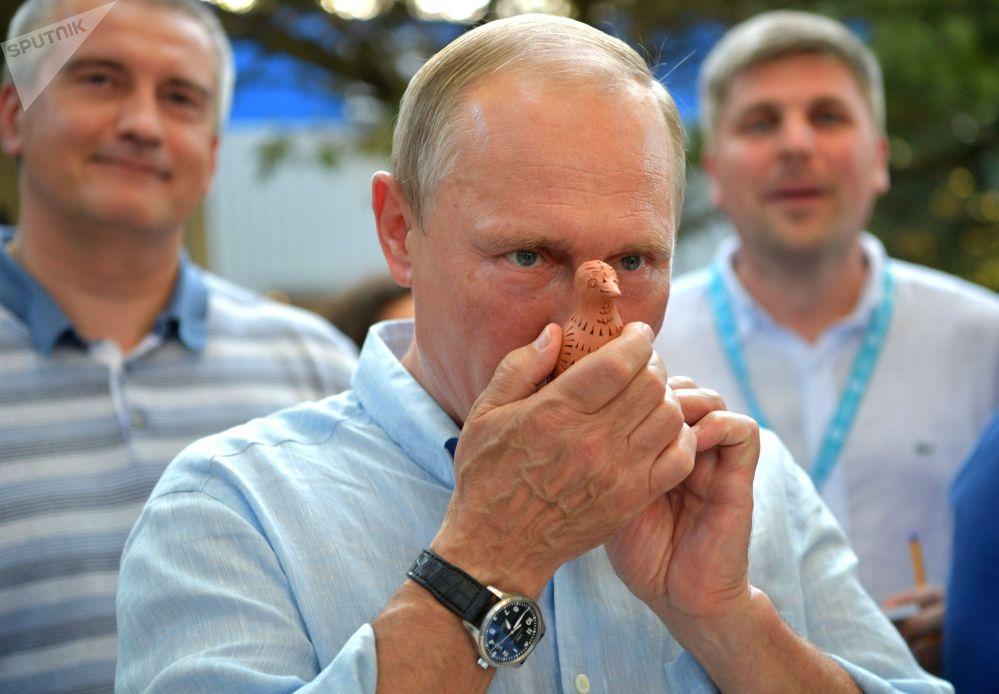 """俄罗斯总统普京出席一年一度的""""塔夫里达""""(Tavrida) 全俄青年教育论坛全俄青少年教育论坛。"""