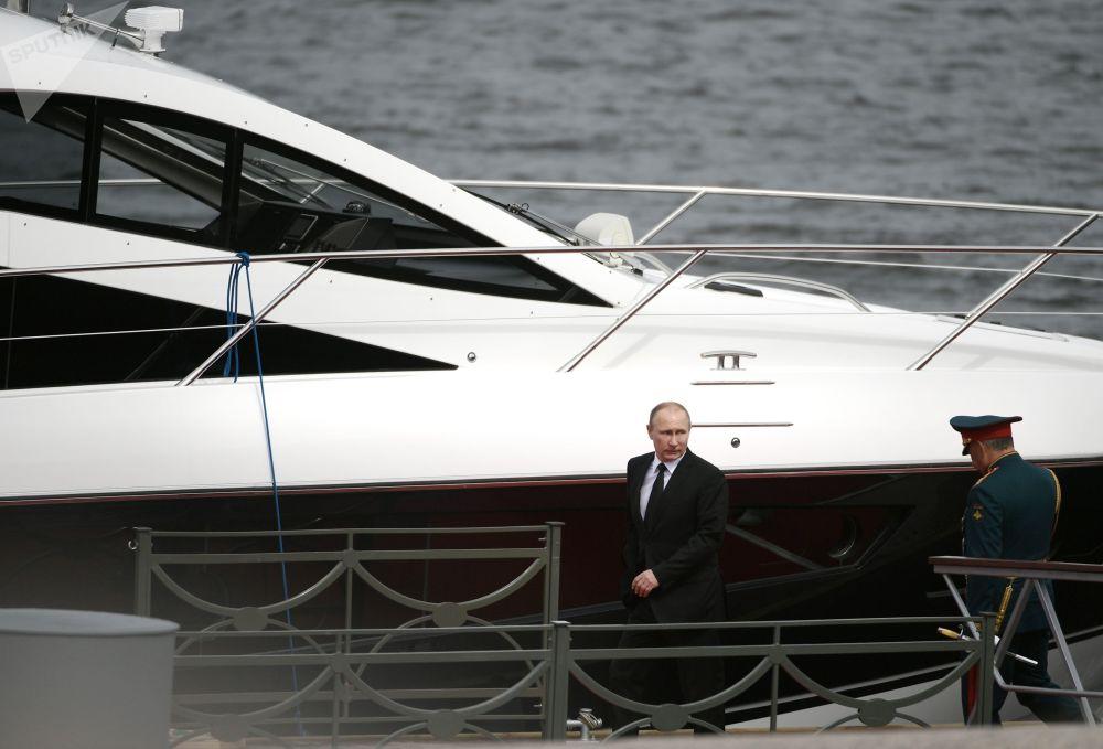 """俄罗斯总统普京在圣彼得堡出席""""海军日""""庆祝活动。"""
