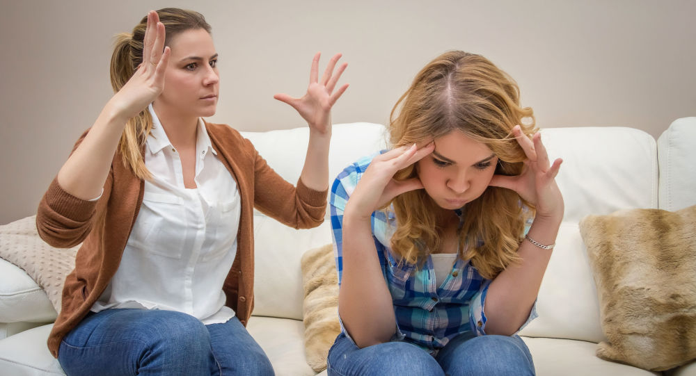 母亲和女儿在争吵