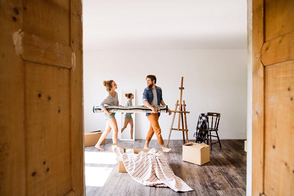 年轻夫妇搬新家