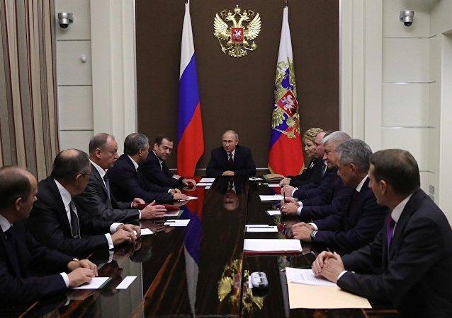 普京同俄联邦安全会议讨论叙利亚局势以及独联体和欧亚经济联盟峰会的筹备问题