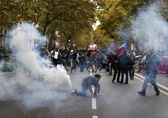巴黎警方对示威者使用了催泪瓦斯