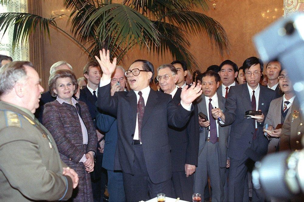 中国中央军委主席江泽民访苏期间在莫斯科会见苏中友协积极分子