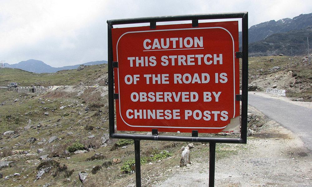 中印軍人從6月起因洞朗問題而在印度、不丹和中國西藏自治區的邊境交界處開始對峙,一直持續到8月底結束。8月,中印軍人衝突進入爭端高潮,當時雙方互擲石塊和棍子。