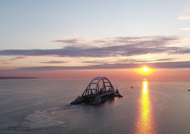 克里米亚大桥拱梁安装实拍画面