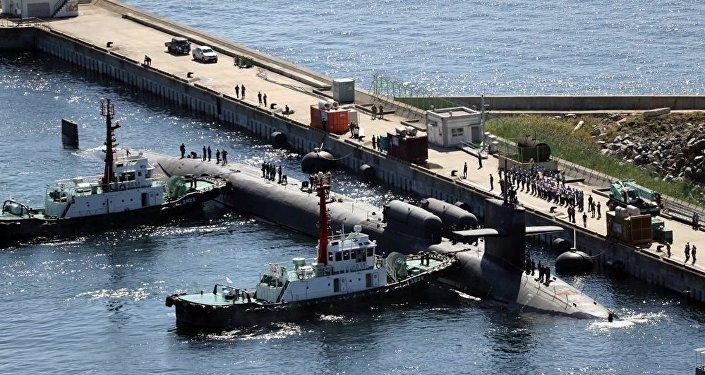 """美国""""密歇根""""号核动力潜艇驶入韩国釜山港"""