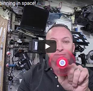 国际空间站的宇航员展示了自己玩指尖陀螺的技巧