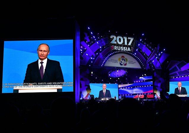 俄羅斯總統普京在與索契國際大學生聯歡節