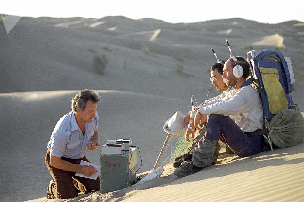 """卡拉库姆沙漠的""""人与沙漠""""考察队成员,1984年"""