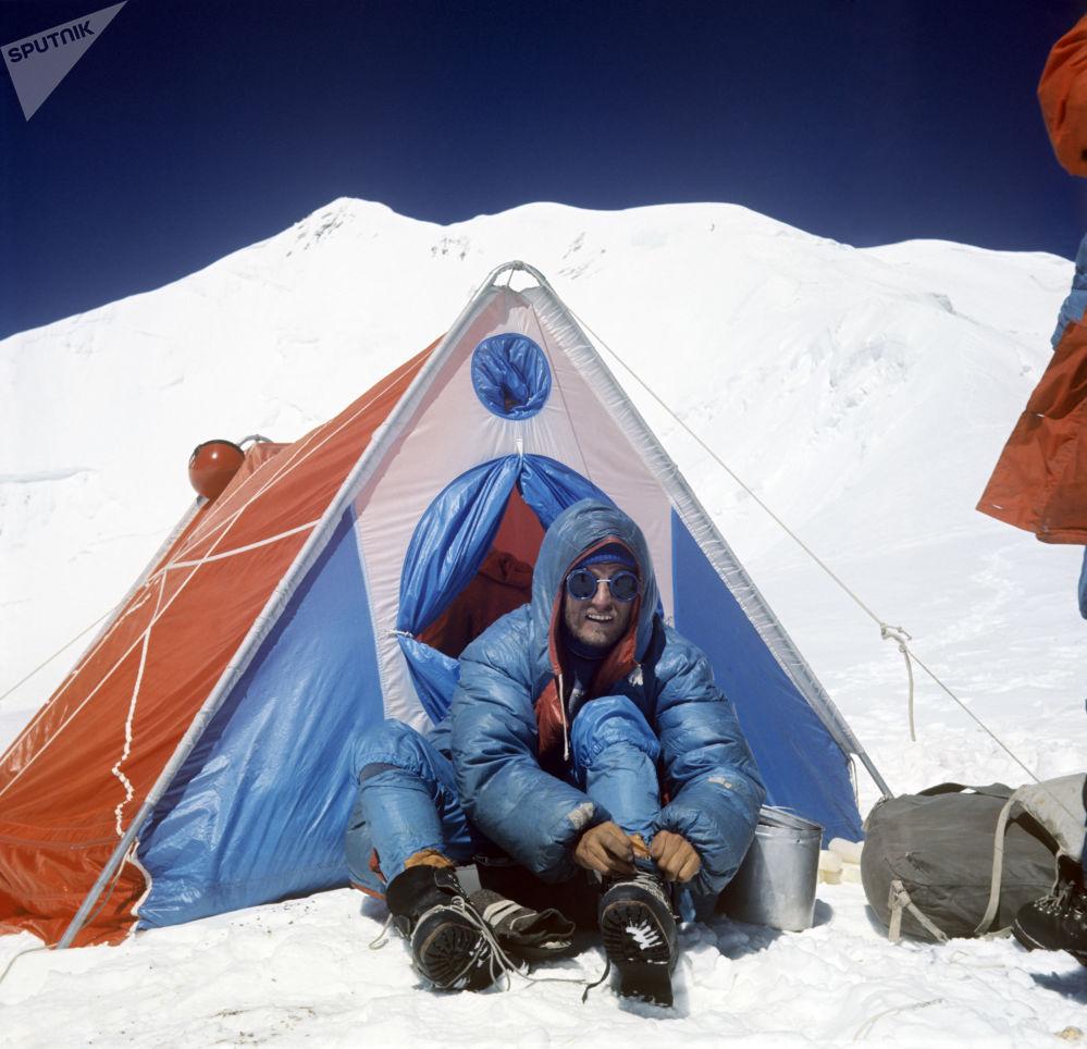 登山者奥列格·科斯马切夫在登顶共产主义峰的途中,1972年