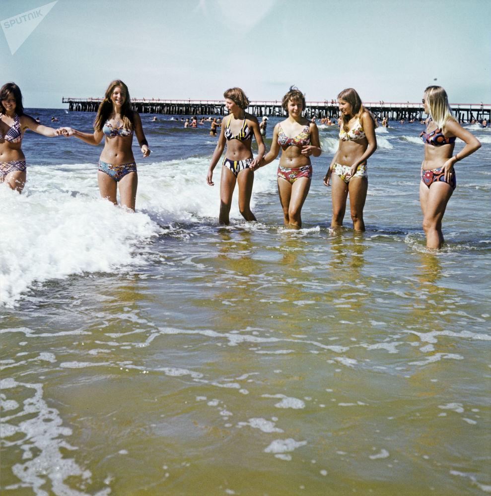 女孩们在波罗的海度假,1980年