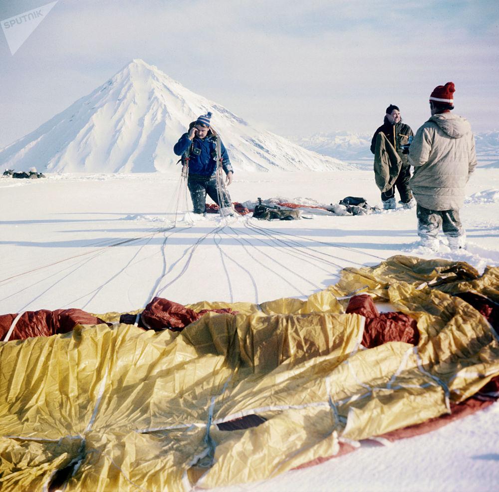 一个跳伞者、登山者和火山学家小组在阿瓦恰火山着陆,1981年