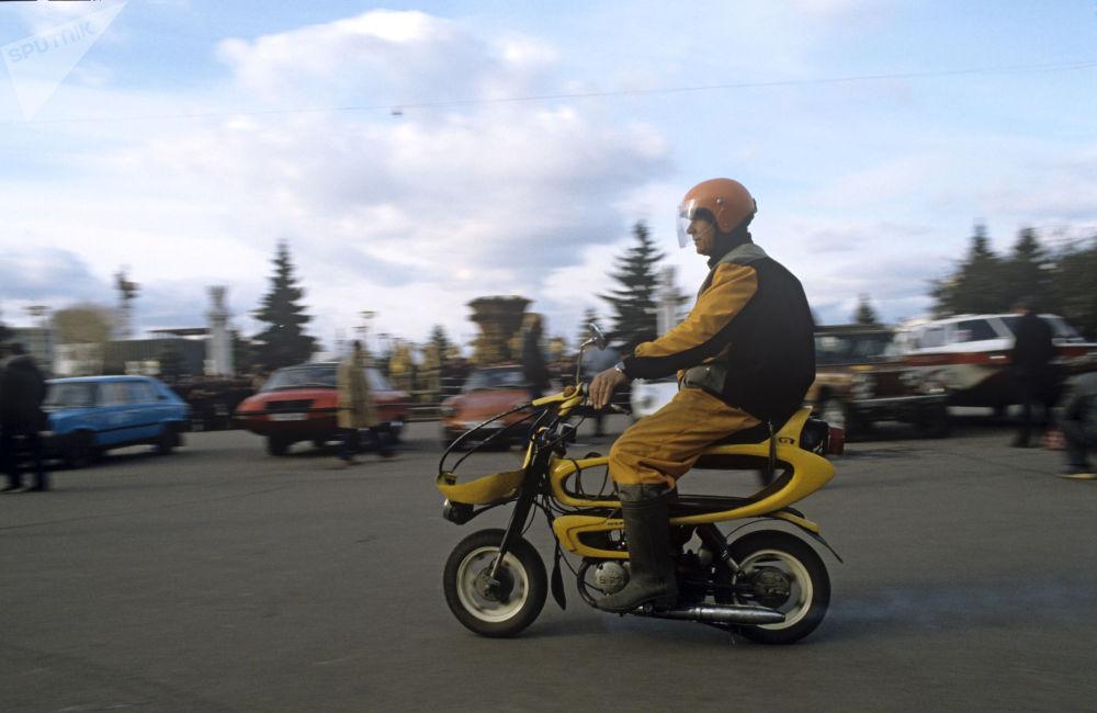 """""""蜜蜂摩托""""轻便摩托车,1985年"""
