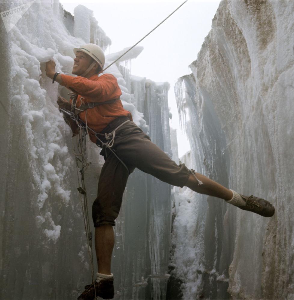 来自哈尔科夫的登山者亚历山大·马丁诺夫在天山,1970年