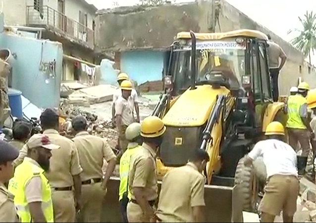 印度南部一棟樓房倒塌造成至少6人死亡
