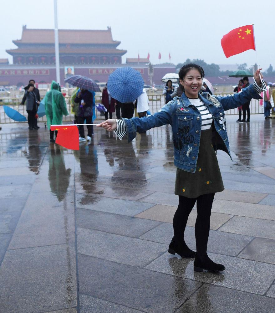手持中国国旗的女孩
