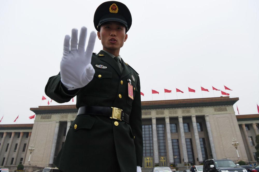 人民大会堂旁的武警战士