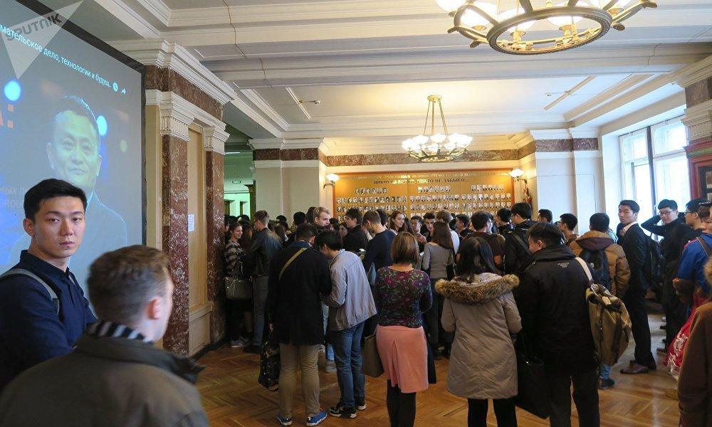 10月18日的莫斯科大学物理系特别拥挤。通往演讲厅的长队从一楼大厅楼梯旁开始起排。