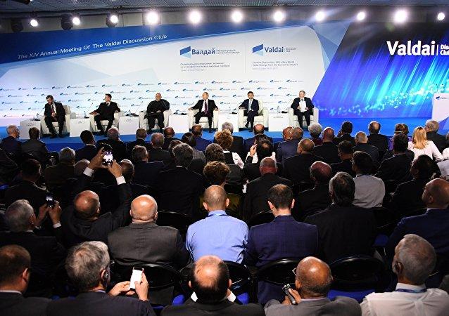 Президент РФ Владимир Путин (на дальнем плане третий справа) принимает участие в итоговой пленарной сессии XIV ежегодного заседания Международного дискуссионного клуба Валдай