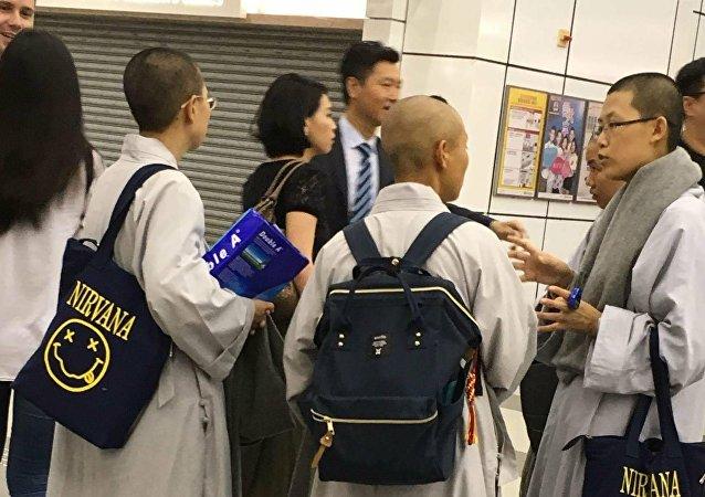 僧侣拿着包的不寻常照片蹿红社交网