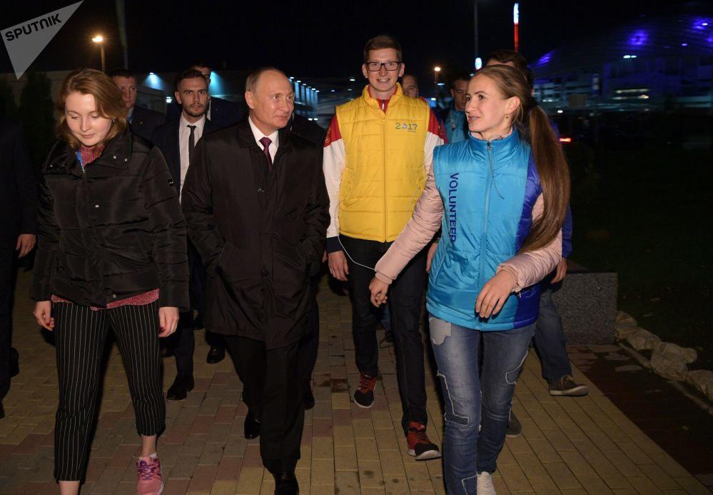 俄罗斯总统弗拉基米尔•普京与索契世界青年大学生联欢节的参与者们会面