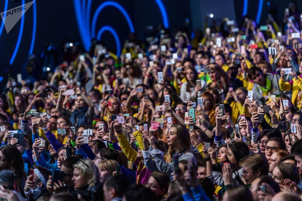 在索契举行的第19届世界青年大学生联欢节上,参加主题为《文化:自由vs责任》的分组讨论的观众