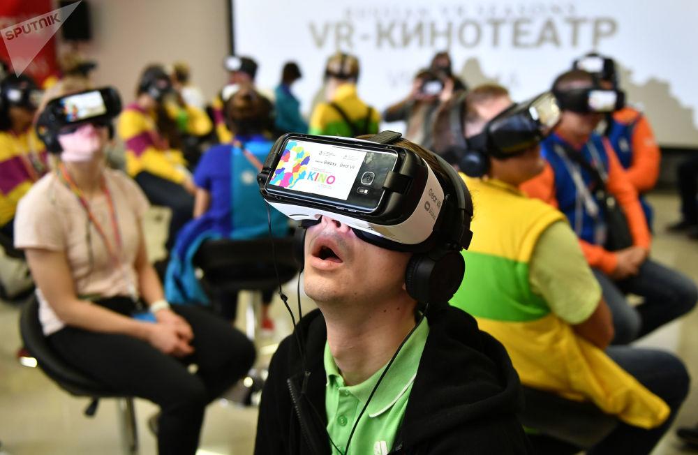 与会者在电影论坛上戴着虚拟现实眼镜观看电影