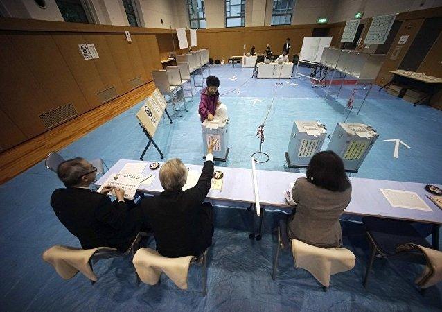 出口调查: 日本执政党联盟在国会下院选举中领先