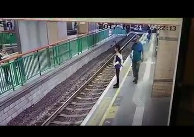 香港乘客将一女清洁工推入地铁轨道