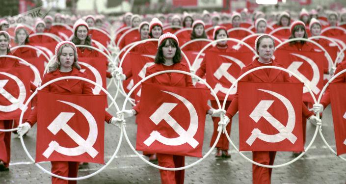 1975年,在庆祝伟大十月社会主义革命58周年之际,在红场上的女运动员。