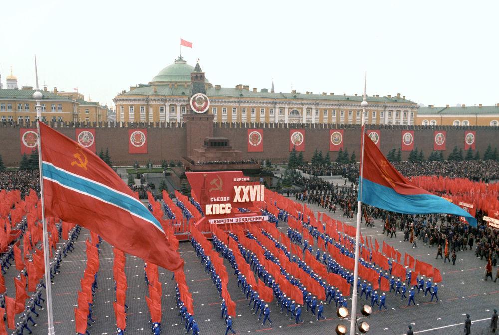 在慶祝偉大十月社會主義革命69週年之際,在紅場上舉行的文體遊行