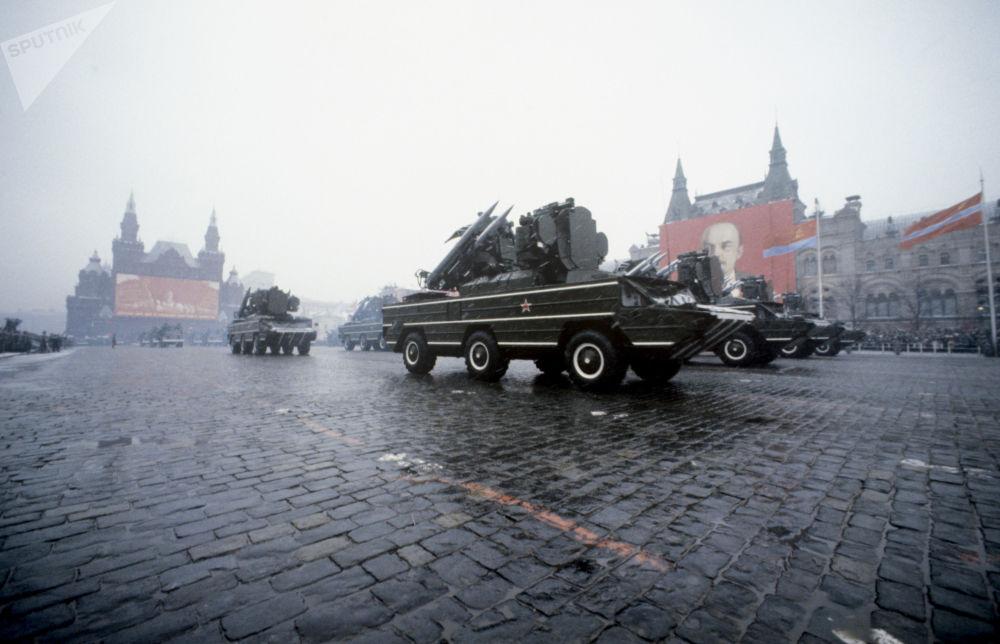 在慶祝偉大十月社會主義革命62週年之際,在紅場上舉行的閱兵式