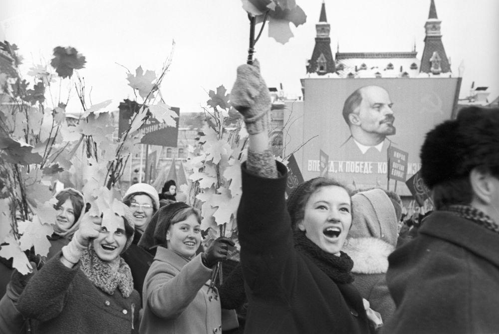 在紅場上參加慶祝遊行的人