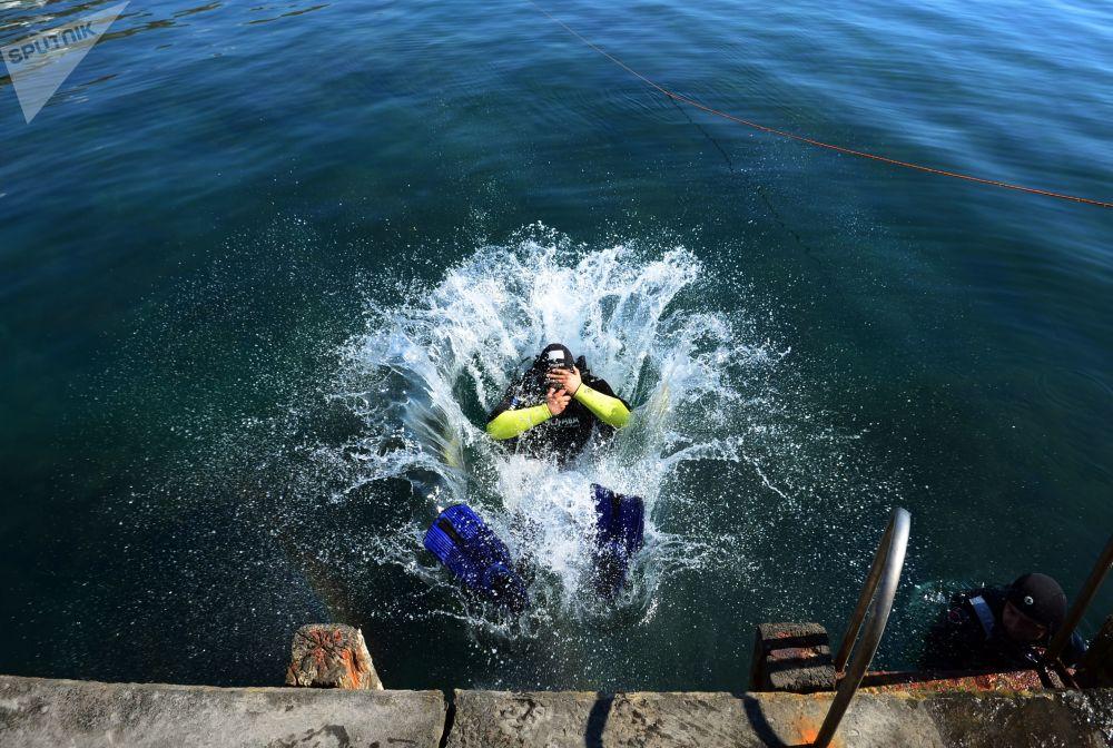 俄羅斯緊急情況部潛水員考察阿盧什塔沿岸水域。
