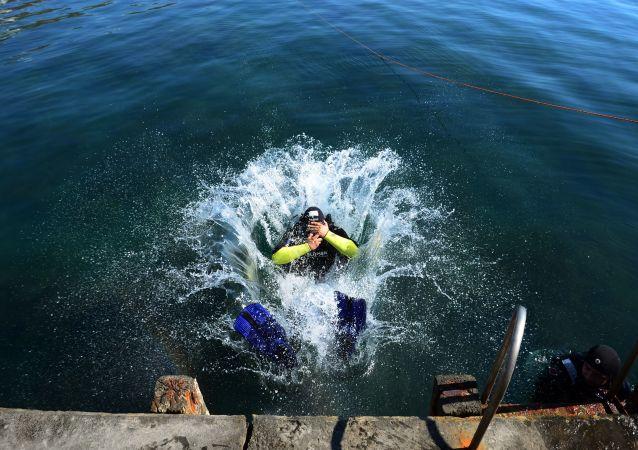 媒體:潛水員將二戰期間在東南亞海岸附近沈沒的約40艘船隻拆卸成廢鐵