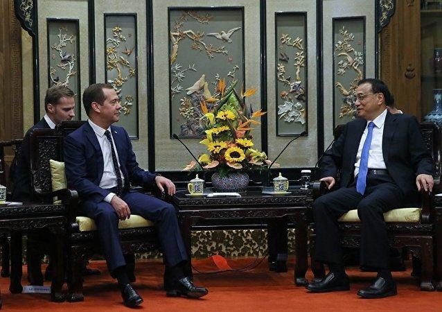 梅德韦杰夫与李克强在北京就双边关系的热点问题进行讨论