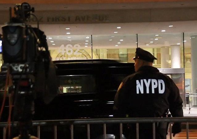 纽约曼哈顿区一辆卡车驶上自行车道