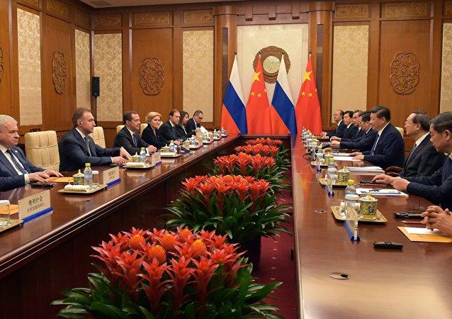 据俄政府消息,俄总理梅德韦杰夫11月5-7日访华期间将讨论俄中合作,并签署系列文件