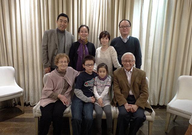 В кругу семьи , в первом ряду Байсыхун и его жена Ольга с внуками.