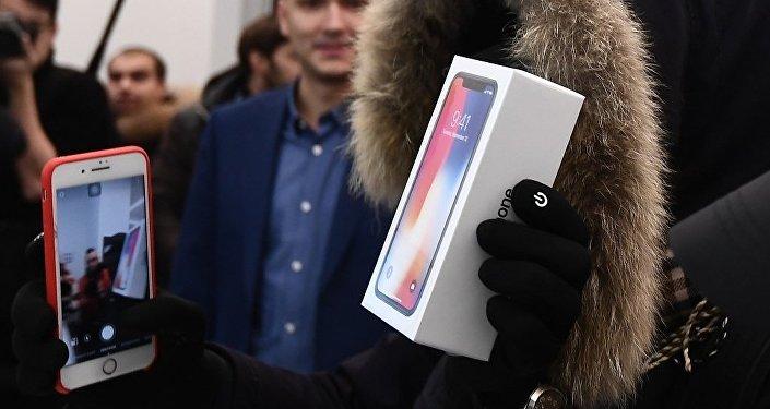 莫斯科約500人在特維爾大街專賣店前排隊等待iPhone X開售