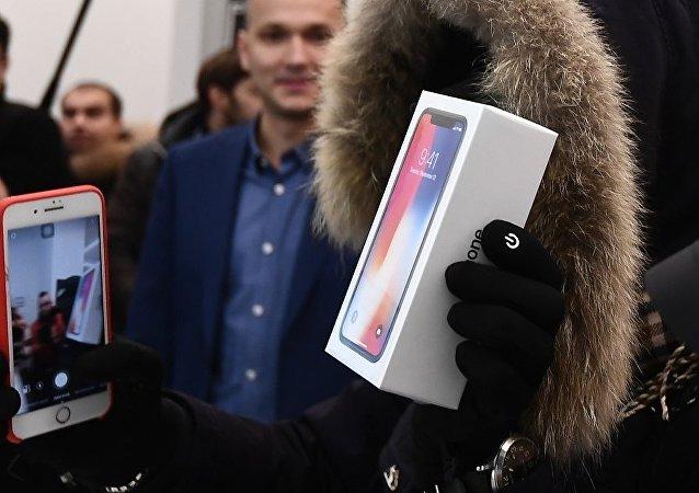 莫斯科约500人在特维尔大街专卖店前排队等待iPhone X开售