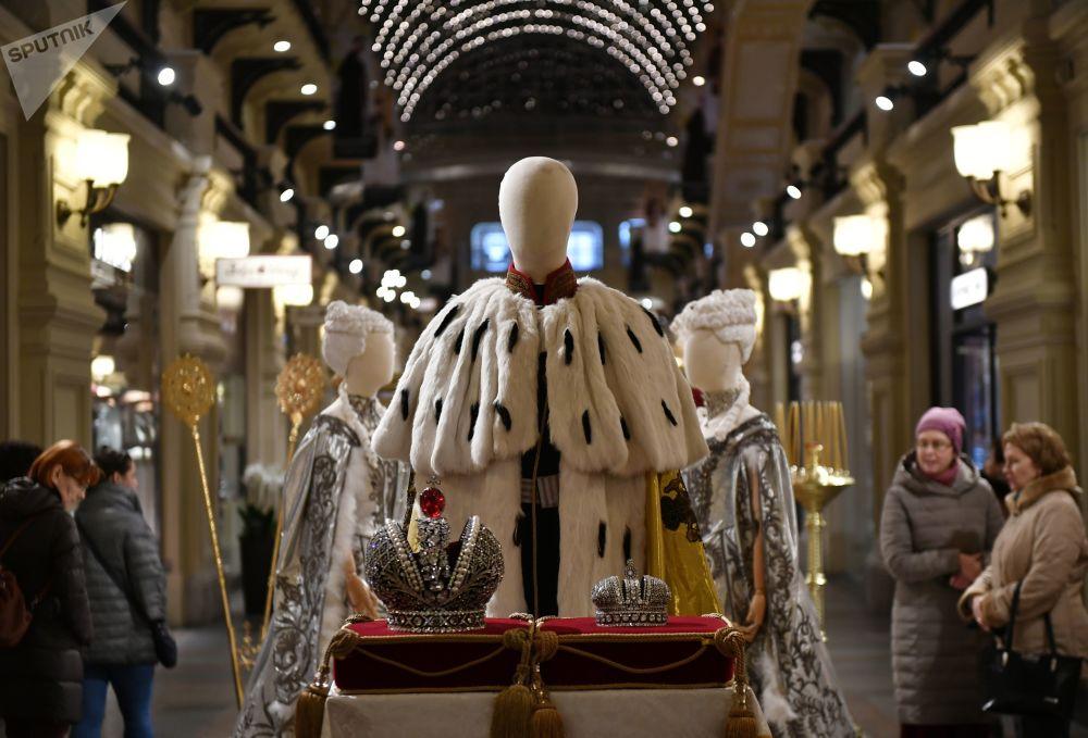 展品包括舞會服裝、晚禮服、軍人制服、芭蕾舞裙和王冠道具等。