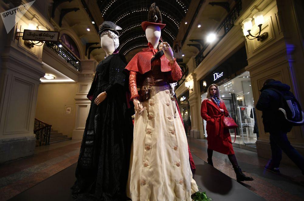 主辦方表示,展出的所有衣物,包括群眾演員穿過的衣服和鞋子,製作時共耗費12噸布料和皮料。