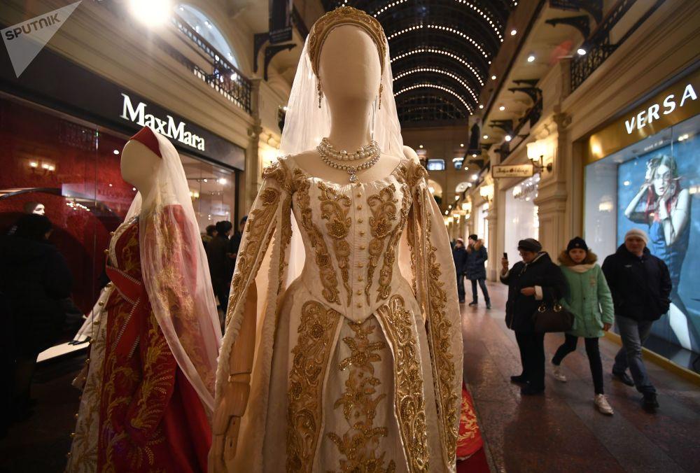 共有來自俄羅斯國內外的一百來人參與了衣物製作。