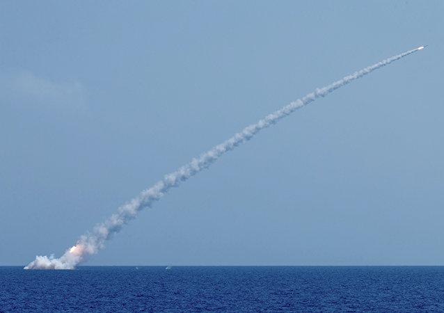 """俄国防部:发射6枚""""口径""""导弹打击叙阿布凯马勒地区的""""伊斯兰国""""目标"""