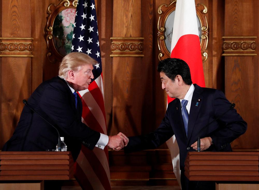 美国总统唐纳德·特朗普和日本首相安倍晋三在东京举行联合新闻发布会