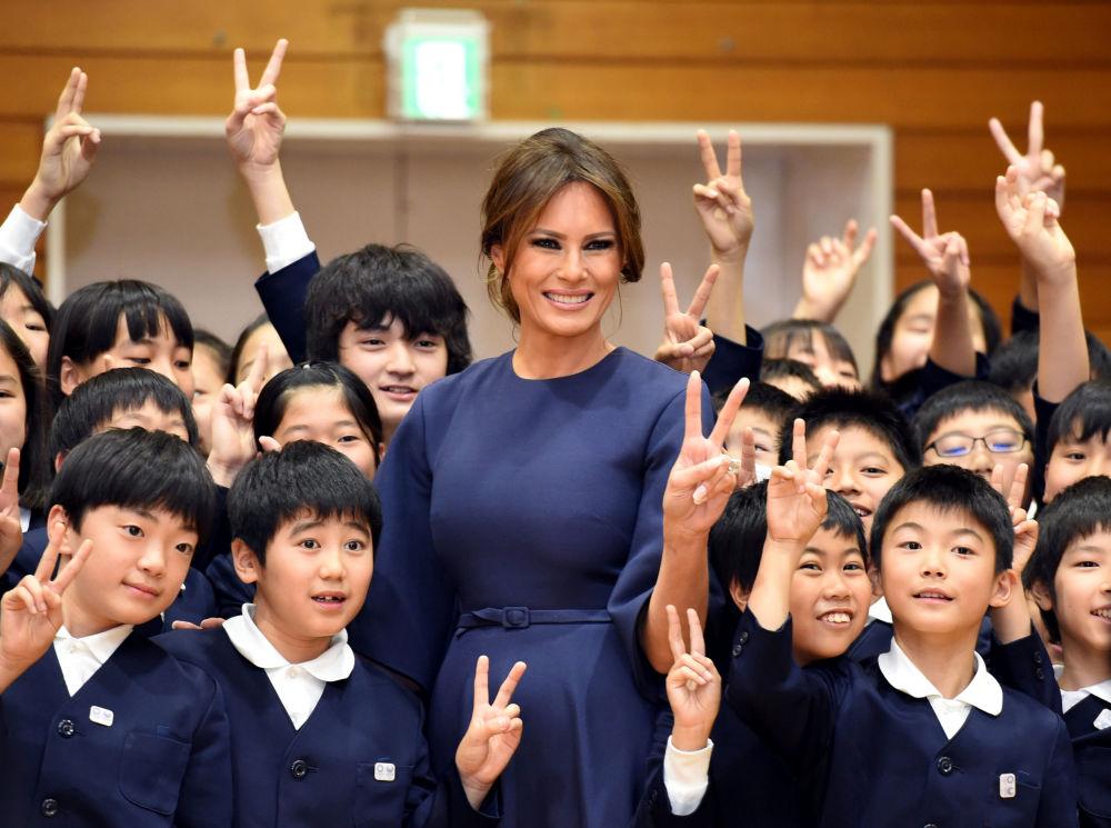 美国第一夫人梅拉尼娅·特朗普访问日本东京的一所小学