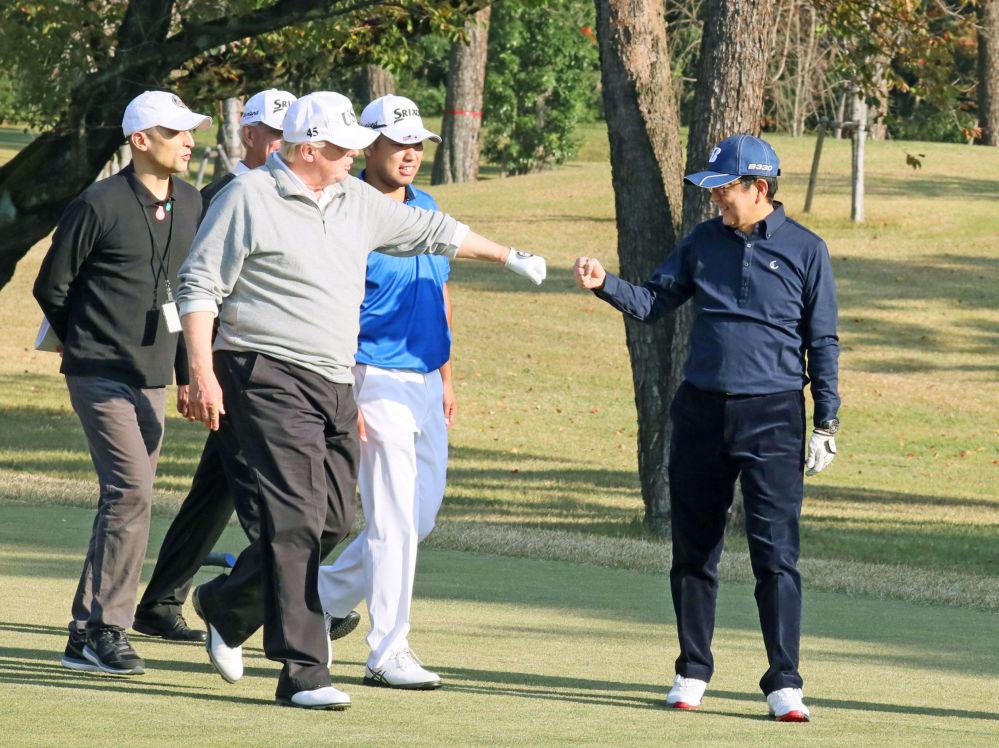 美国总统唐纳德·特朗普和日本首相安倍晋三在日本埼玉县川越市的霞关乡村俱乐部打高尔夫球