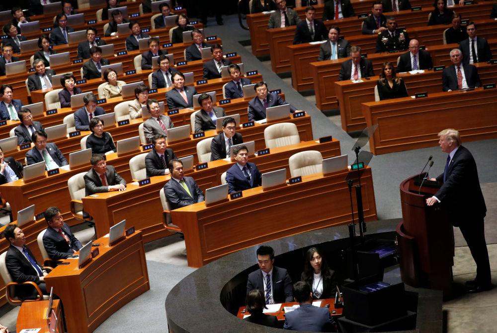 美国总统唐纳德·特朗普在首尔国民议会大厅发表演讲